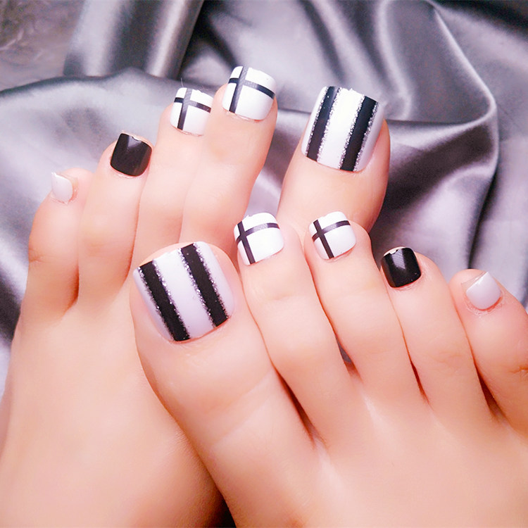 24pcs Black White Stripe False Toe Nails Short Japanese Fake Toe Nails With Designs Crossing Girls Acrylic Toe Nails Tips