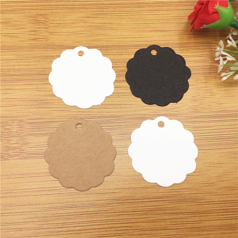 200Pcs/Lot 3.5cm Lace-shaped Flower Pattern Paperboard Blank Tags Plain Black White Brown Kraft Packaging Luggage Clothing Tags