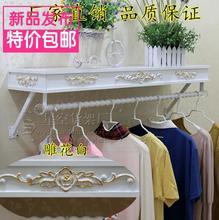 Вешалки для одежды шоу. на стене одежду. магазин одежды полки из высекает картины или конструкции на изделия из дерева висит.