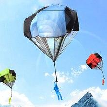 Дети на открытом воздухе играть парашют игры маленький карман спортивные развлечения рука бросать солдат игрушечные парашюты для детей в природе