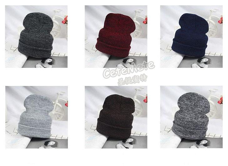 Tumedates värvides soojad mütsid