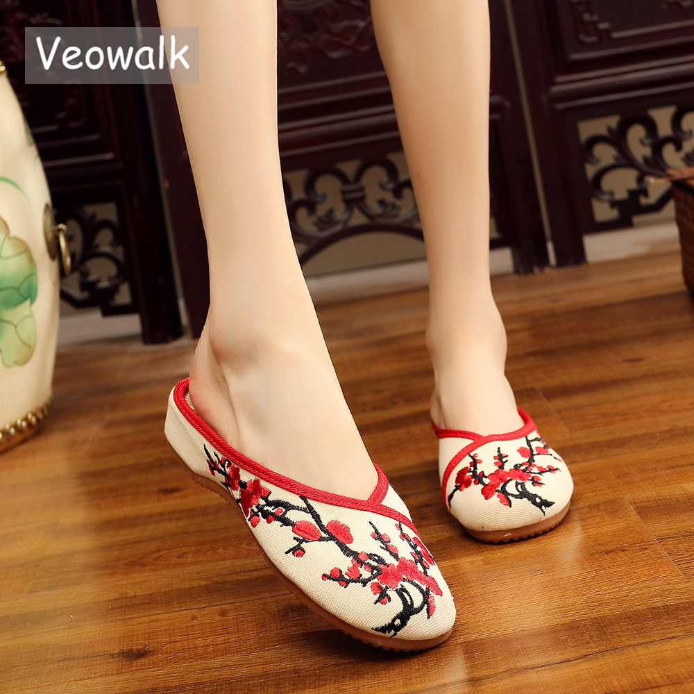 Veowalk Chinese Plum Flowers Embroidered Women Cotton Mules Slippers Ladies Close Toe Leisure Comfort Flat Shoes zapatos mujer veowalk chinese painting plum flower embroidered women canvas flat espadrilles fashion ladies comfort driving loafers shoes