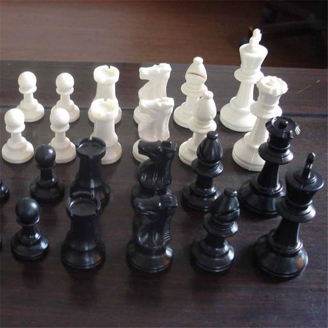 32 pièces d'échecs en plastiqu noir et blanc, 64/77MM 1