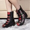 Botas de la mujer 2017 Otoño Invierno Nuevas Cuñas de Cuero Genuino Zapatos Bordados de Flores Mediano de la pierna Botas de Tacón Alto calientes