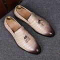 Inglaterra diseñador de la marca del vestido de boda informal cocodrilo zapatos slip on pisos oxfords zapatos de cuero genuino mocasines de borla masculina
