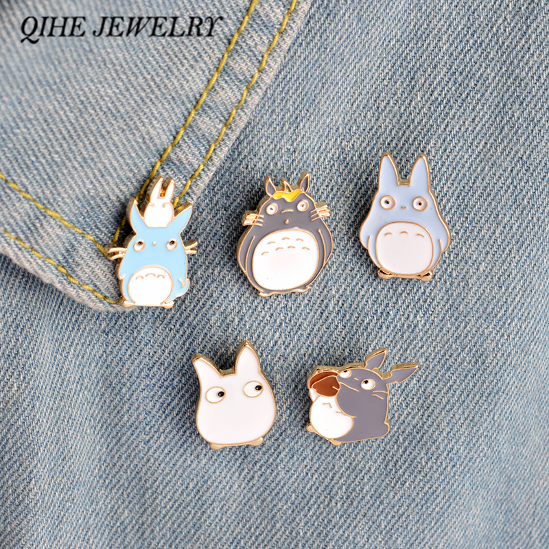 QIHE JEWELRY 4PCS / Set Kawaii Cartoon Min Grann Totoro Broscher Pins Girl Jeans Bag Dekoration För Friend