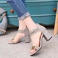 Sandálias de verão Casuais das Mulheres Soft PU Salto Grosso Sandálias Plataforma de Design Da Marca de Metal Decoração Dedo Aberto Sandálias de Fundo Vermelho bomba