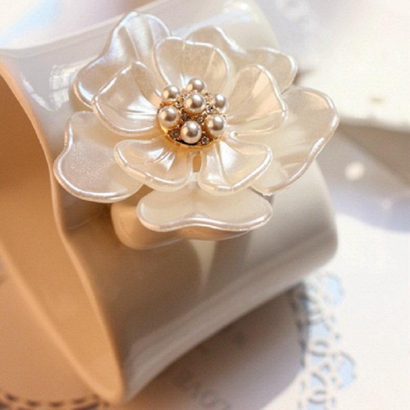 2015 női divat szépség bájos fehér strassz bross ajándék műanyag broche finom camellia virág kiskereskedelem