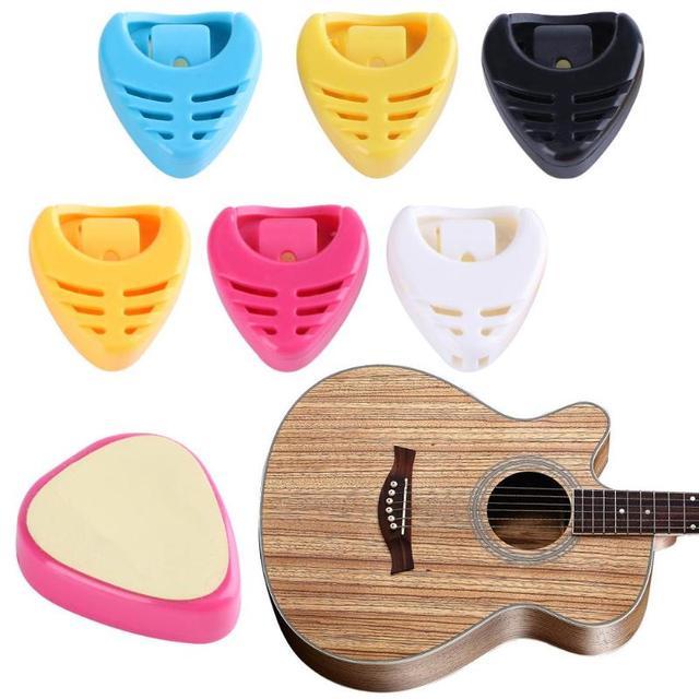 1 PCS Guitar Pick Plectrum Holder Portable Plastic Heart Shape Guitar Pick Plectrum Holder Case(Random Color)