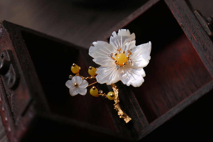 XlentAg Original Natural Mother Of Pearl Flower Beeswax Brooches For Women Gifts Dual Use Fine Designer Jewellery Luxury GO0228