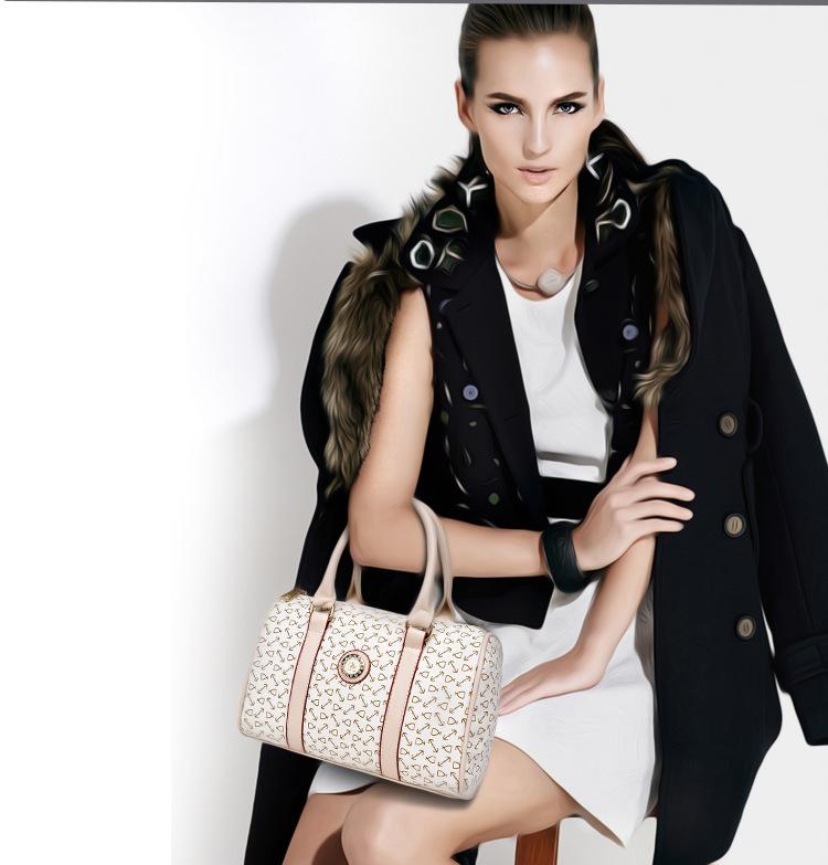Dm Prime Fênix modelo com a bolsa mostrando o desenho
