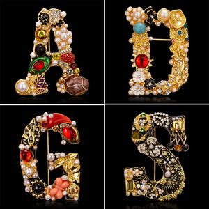 Elegant 26 Letters A D G S Letter Brooches for Women Rhinestone Pearl Enamel Flower Sweater Scarf Suit Brooch Pin Female Jewelry
