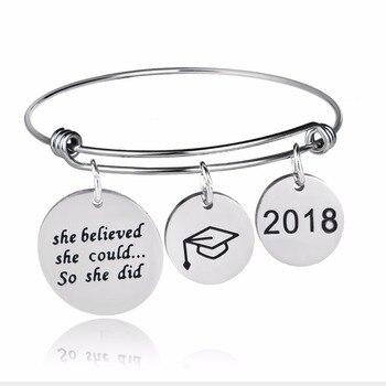 2400017e2f69 2018 graduación Cap título Acero inoxidable encantos brazalete ella cree  que podría por lo que hizo