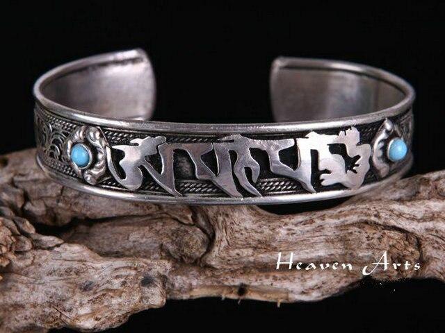 Bracelet tibétain, mantra OM MANI PADME HUM en sanskrit, AUM, bijou spirituel zen tendance yoga, posé sur une branche