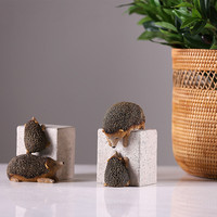 2017 New American Hedgehog Climbed Stone Set Of Two Resin Decoration Birthday Gift Creative Ornaments Vintage Home Decor