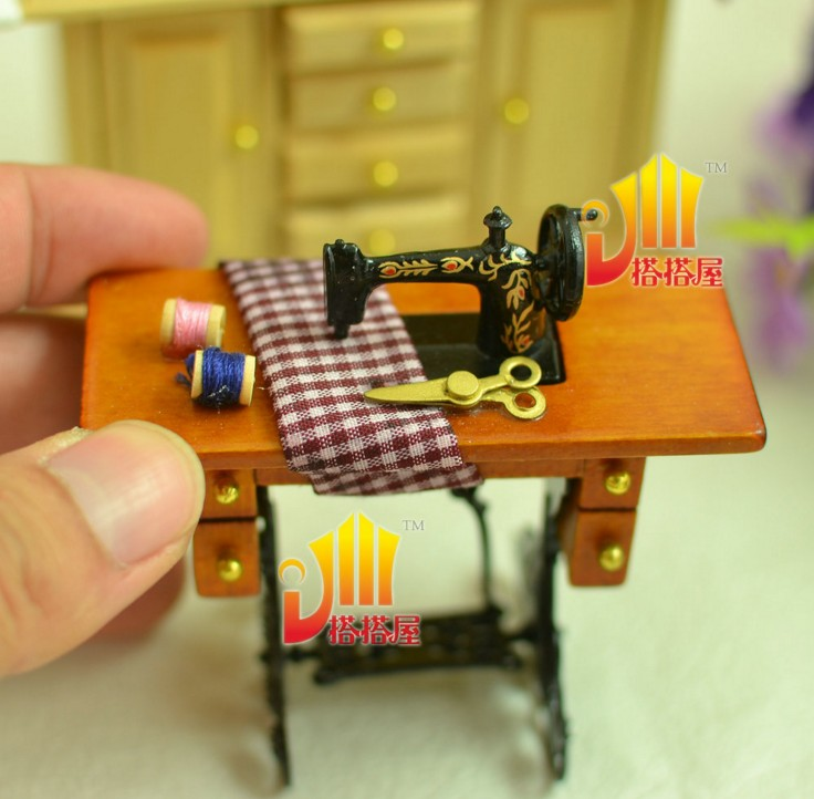 Free shipping Micro landscape Simulate the old sewing machine: the doll house diy model fittings Small place 5pcs