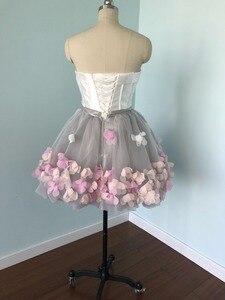 Image 2 - 2020 קצר שמלות נשף סיום סטרפלס אפור לבן פרחים תמונות אמיתיות ערב אורגנזה המפלגה ללכת לידך