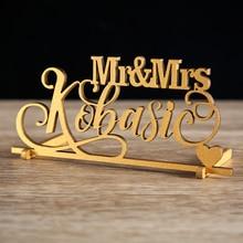 علامة اسم الخشب للزفاف بالنص. علامة اسم شخصية. قطعة مركزية لتزيين طاولة الزفاف على شكل قلب