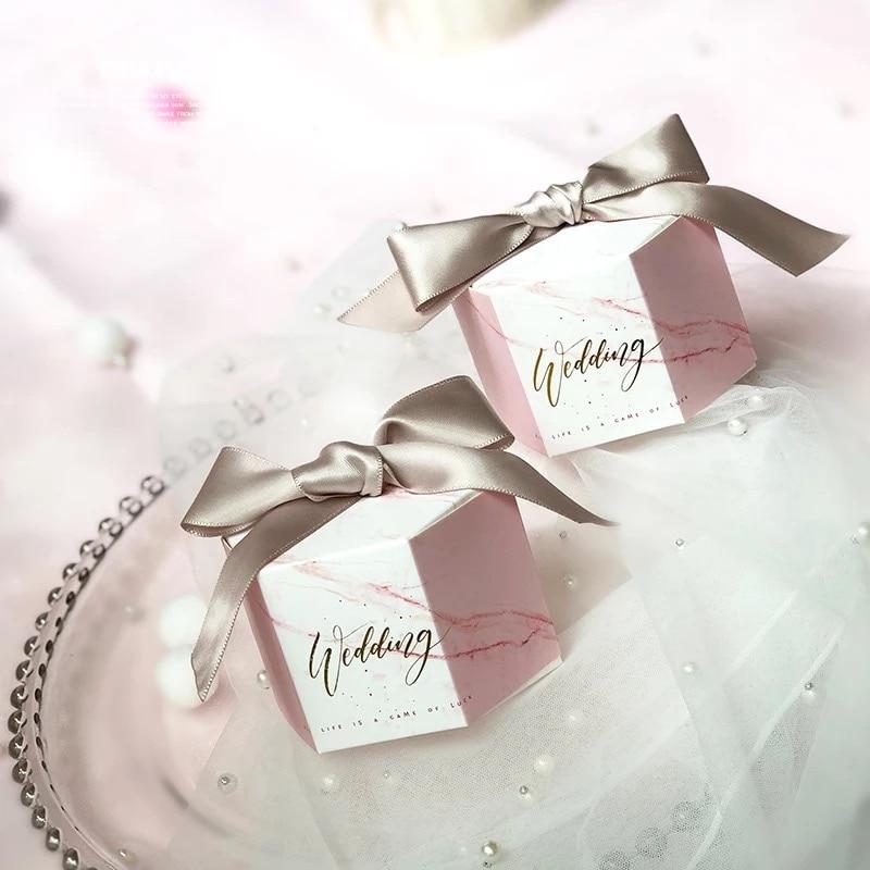 50 stks Zeshoekige Nieuwe Roze Marmer stijl Dozen Snoep Trouwbedankjes Party Bomboniera Giveaways Geschenkdoos met roze/grijs linten-in Geschenktasjes & Inpak Benodigheden van Huis & Tuin op  Groep 1