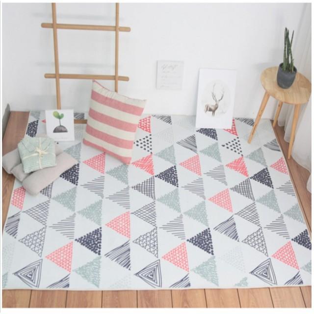 Nordique style mignon rose et gris triangles de chevet tapis, grande ...
