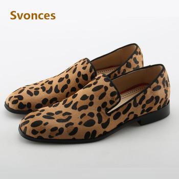 Gentleman buty w stylu Casual niskie obcasy Leopard projekt buty Slip-on mokasyny moda na co dzień Party mieszkania Zapatillas Hombre buty marki tanie i dobre opinie Dla dorosłych Przypadkowi buty Krowa Zamszu Red Bottom Sneakers Series Pasuje prawda na wymiar weź swój normalny rozmiar