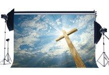 Na krzyżu z drewna tło bajki niebo święty światła tła błękitne niebo białe chmury zmartwychwstanie jezusa tło