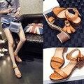 2016 novo verão sandálias de salto alto rebites de Couro Macio Sólidos Bombas fivela sapatos tamanho Grande sapatos de salto quadrado de Couro Em Relevo