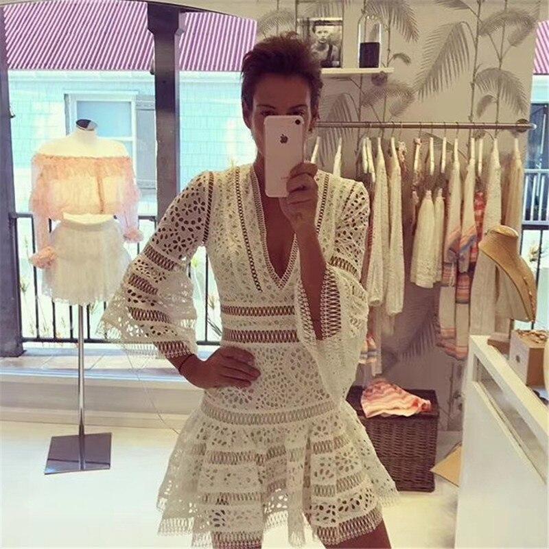 Station d'été Designer Robe 2018 Femmes de Haut de Gamme Flare Manches Sexy Col V Plongeant Pure Blanc Dentelle Broderie Découpe Robe
