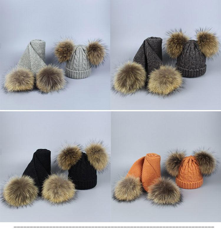 -1_02Bonnet et écharpes tricotés avec pompons en fourrure