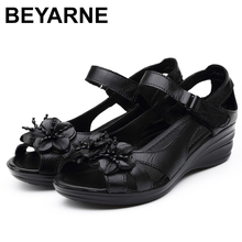 Beyarneグラディエーターサンダル女性エレガントな本物の牛革ウェッジmidヒール 4 センチメートルビーズの花の女性の靴とサンダルShoesE001