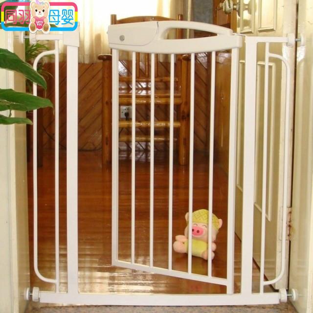 Zona puerta de la escalera niño barandilla cerca del perro cerca del animal doméstico