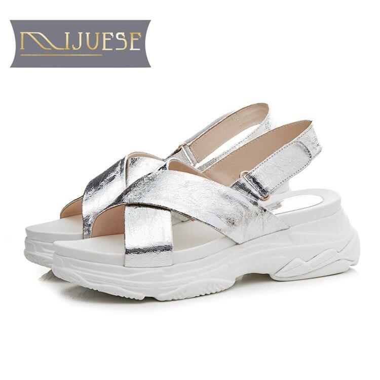 Mljuese 2018 النساء الصنادل تنفس بلينغ بلينغ الفضة اللون مشبك حزام الصنادل المفتوحة تو أحذية منصة الشواطئ الرياضة-في الكعب المتوسط من أحذية على  مجموعة 1