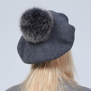 Image 2 - Geebro Women Berets หมวกฤดูหนาวสบายๆถัก Berets ขนสัตว์ธรรมชาติ Raccoon Fur Pompon สุภาพสตรีสีทึบ Beret หมวก GS109