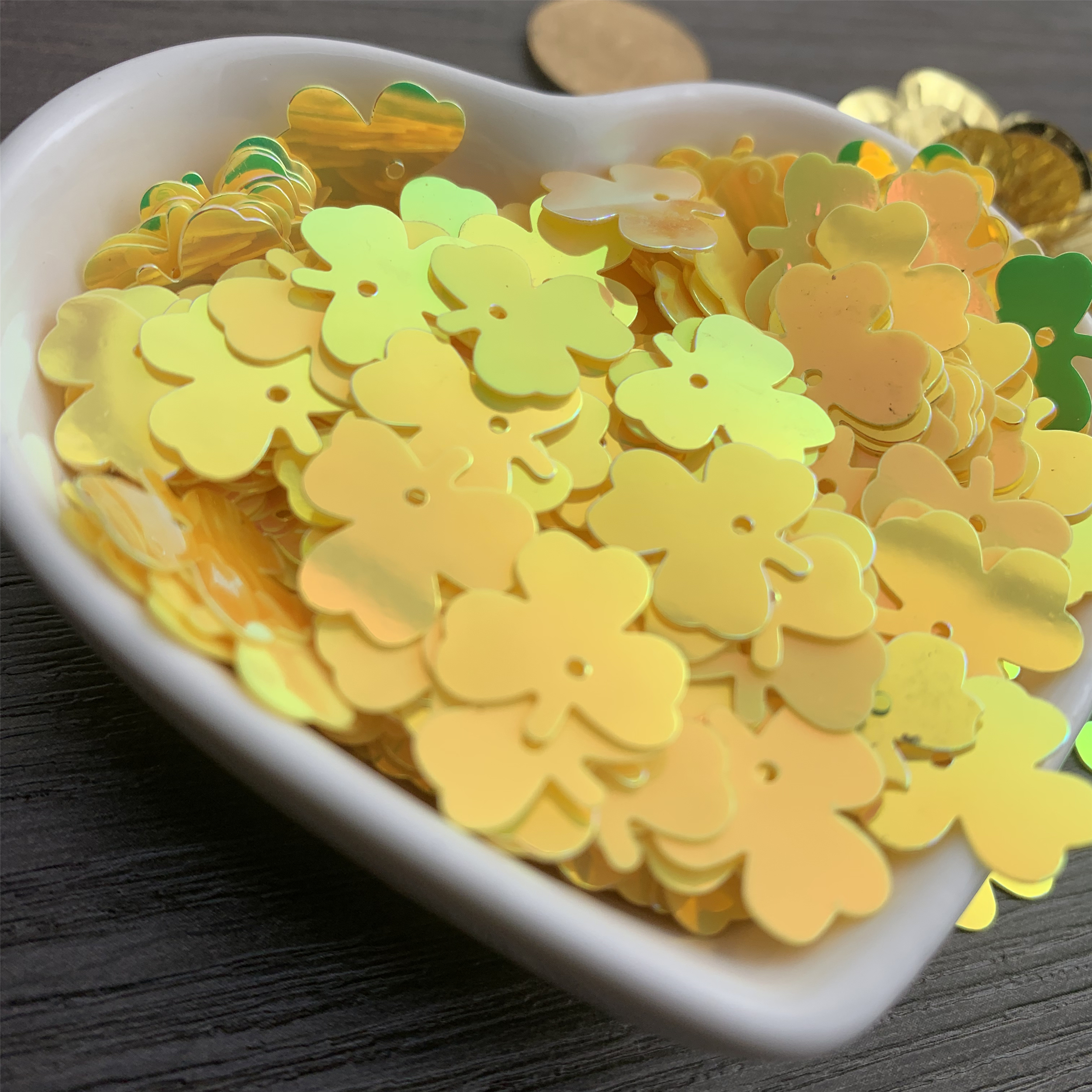 800pcs-13mm-loose-sequins-lucky-grass-shape-pvc-sequins-diy-dress-clothing-accessories-sewing-embellishment-clothing-craft