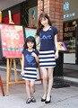 La escuela de verano de rayas niña de la familia a juego trajes casual mamá y del cabrito del bebé madre e hija de la camiseta + vestido sin mangas