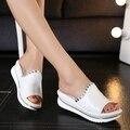Летние 2017 новые кожаные сандалии и тапочки женщин сандалии платформы клинья туфли на платформе с комфортом в Корее