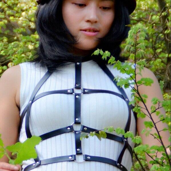 Женщины новая натуральная кожа черный сексуальный флягодержатель бюстгальтер экзотическое одеяние мода готический заклепки флягодержатель бюстгальтер handemade lether жгут тела