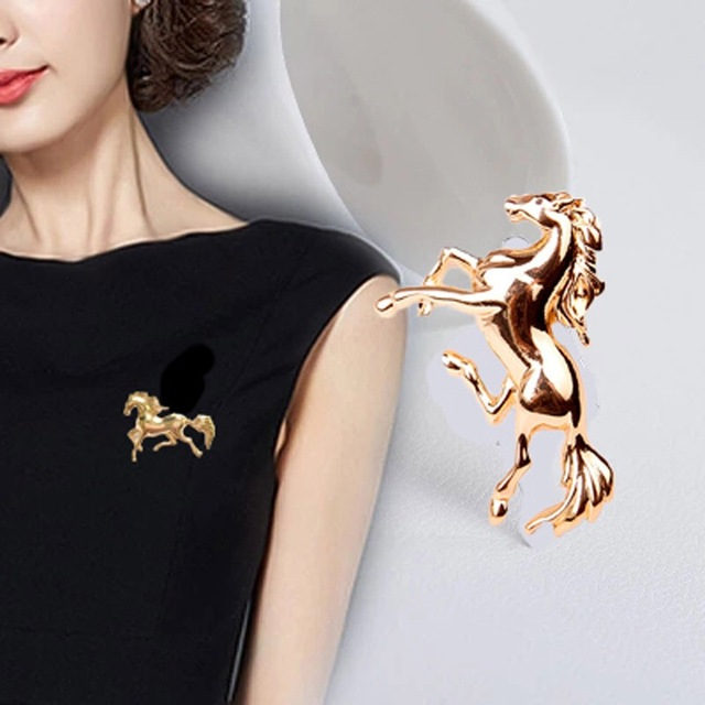 High Quality Korean Men And Women Horse Brooch Zinc Alloy Pin Suit Accessories Wholesale.