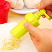1PC New Kitchen Ginger Garlic Manual Press Twist Cutter Crusher Cooking Tool Plastic Presses Blenders Peeler LF 097