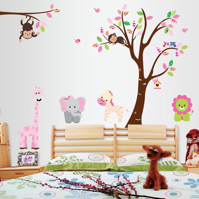Grandes árboles de animales de dibujos animados los niños de kindergarten adorno habitación de fondo puede ser removido de