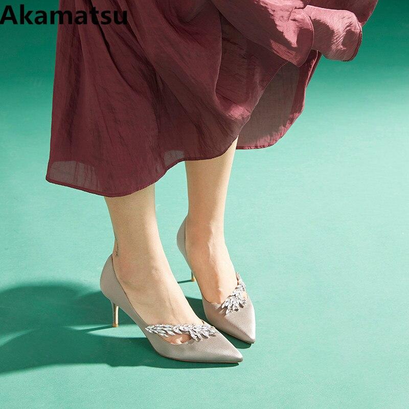 все цены на Akamatsu brand designer chic satin luxury pointed toe wedding shoes bride 8 and 10CM high heels red pumps women shoes escarpins онлайн