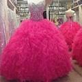 Fúcsia Vestidos Quinceanera 2017 vestido de Debutante Vestidos de Luxo barato Para 15 Anos Meninas Ruffles Em Camadas Rhinestone Frisada Vestido de Festa