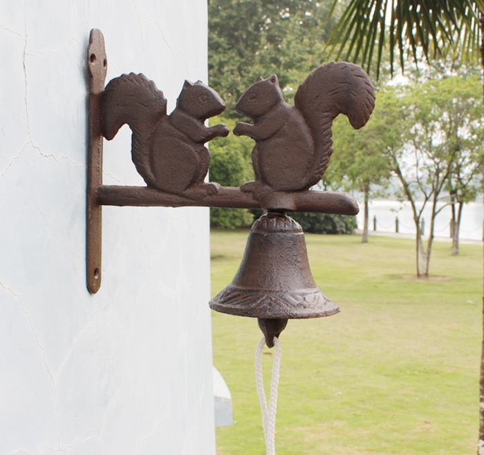Rustic Cast Iron Squirrel Welcome Dinner Country Bell Rural Hanging Wall Mounted Bell Outdoor Yard Art Metal Decor Free shipping
