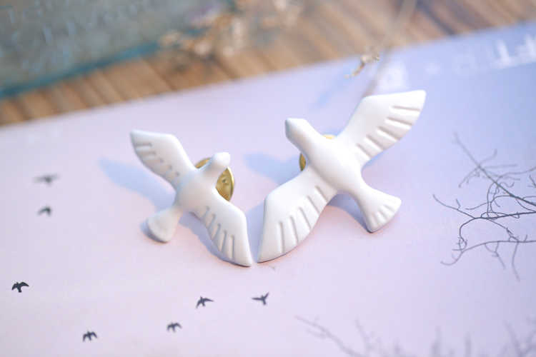 2018 new Chinese fashion jewelry hot retro simple white pigeon brooch exquisite animal collar male and female jewelry