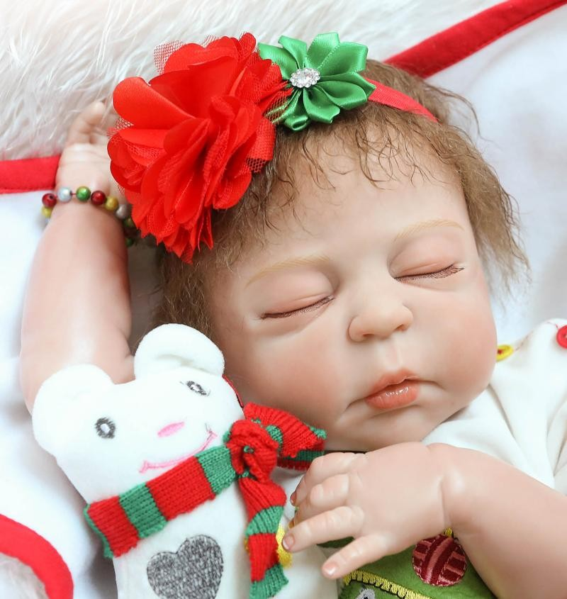 Jõuluriietes magav nukk