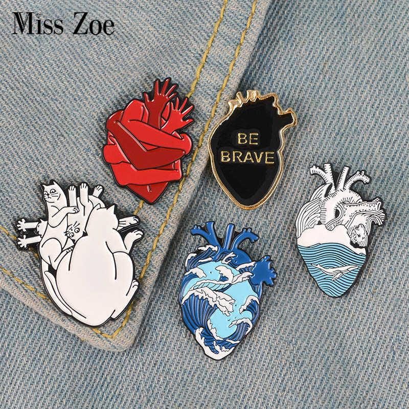 Organ serce emalia Pin gwiaździste serce dzielne koty krwiożercze uścisk broszki torba ubrania przypinka do klapy biżuteria medyczna prezent lekarz