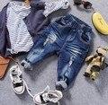 Только джинсы 1 шт. 2-8Y новый 2017 весенние мальчики мода отверстие стрейч джинсовые брюки дети джинсы мальчиков джинсы дети брюки