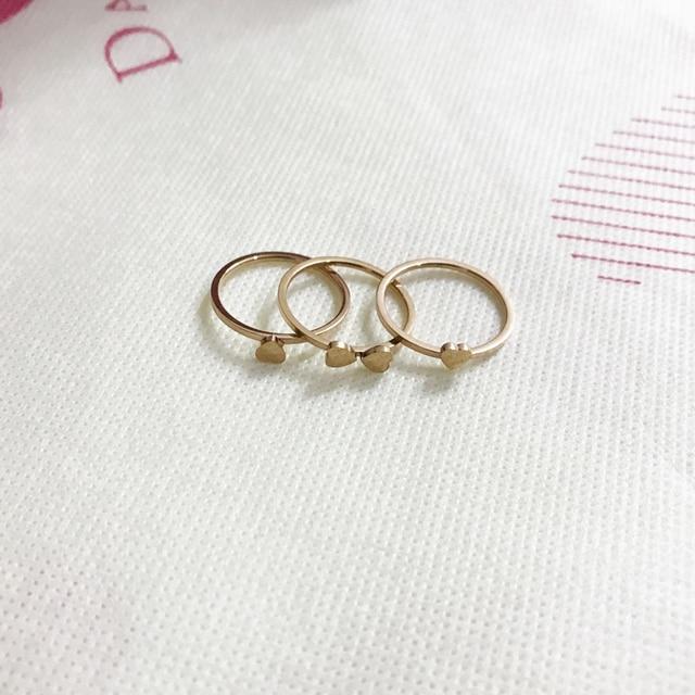 Фото женское кольцо из нержавеющей стали с тремя сердечками классические