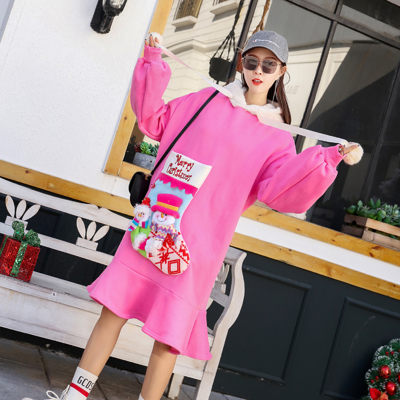 Różowa sukienka z futrzanym kapturem oraz naszywaną skarpetą Merry Christmas 4