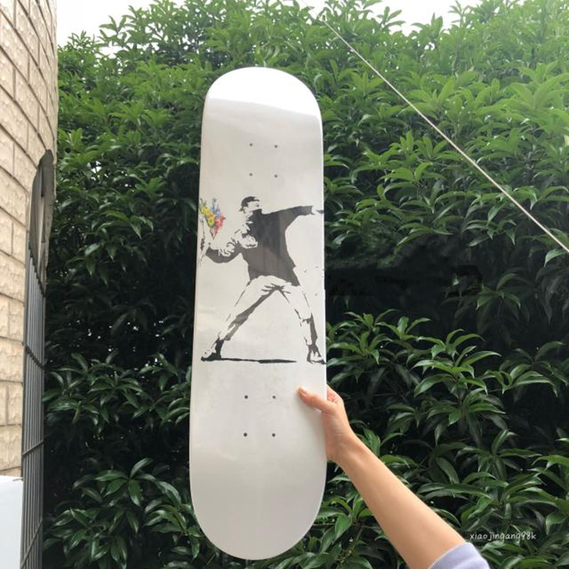 Banksy jeter fleur garçon Art de rue industriel vent Graffiti salon étude décoration Skateboard M1065